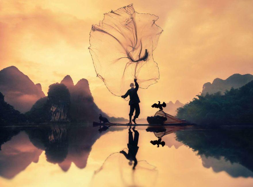 التقط السابات هذه الصورة لصياد مسن يلقي شباكه في يانغتشو، الصين.